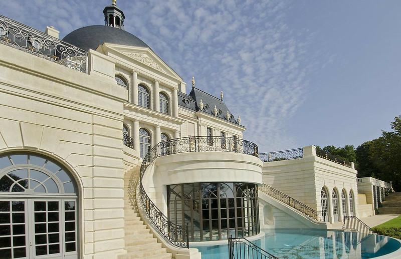 Красивый замок в Париже