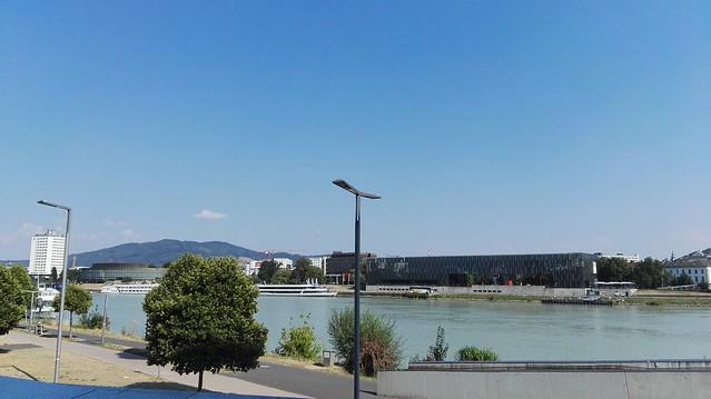 Blick über die Donau zum Kunstmuseum Lentos