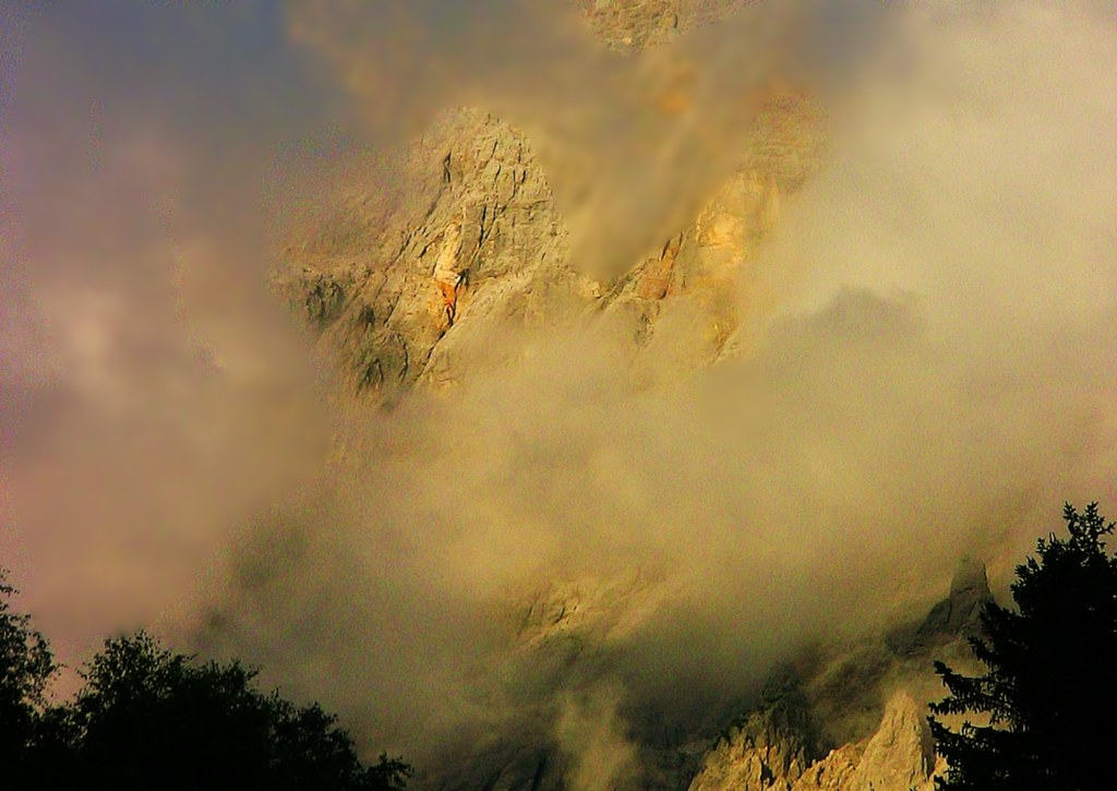 Tirol, Ehrwald, Blick durch den Nebel auf eine Bergwand des Wettersteingebirges kurz vor Sonnenuntergang , 74365/5640