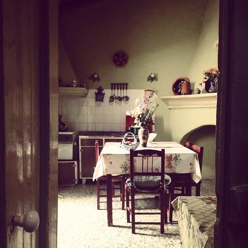 Uma casa na aldeia. Duas janelas e uma porta.