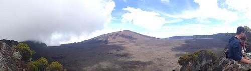 序盤は活火山ピトン・ドゥ・フルネーズの近くを通りますが、夜のため姿は見えません。