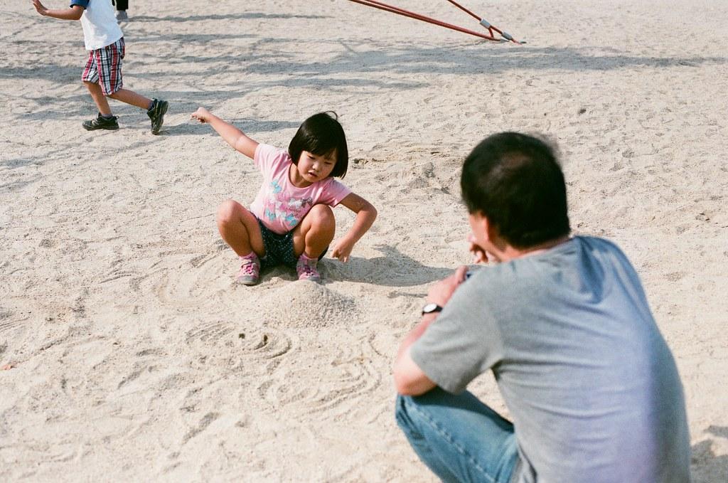 梅小路公園 京都 Kyoto 2015/09/23 我聽不懂日文,但是聽小朋友講話感覺很可愛,他爸爸感覺好像也會拍照,他先和讓他女兒講話、挖土,他就把相機放低低的拍!  爸爸有點厲害喔!  梅小路公園 京都 Kyoto  Nikon FM2 Nikon AI Nikkor 50mm f/1.4S AGFA VISTAPlus ISO400 0947-0022 Photo by Toomore