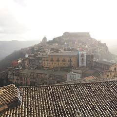 Dal balcone del B&B, qualche giorno fa... #igers #igerspiceni #panorama #sicilia #igersragusa