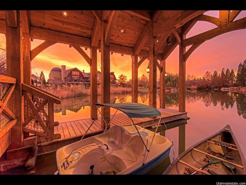 Дом с частным причалом на озере