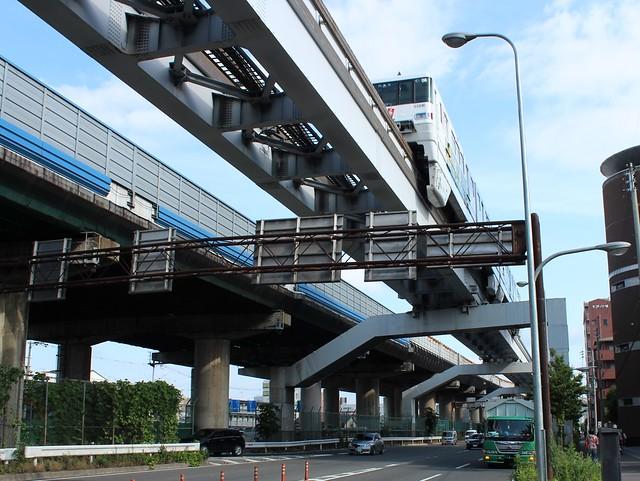 大阪モノレールと中央環状線と近畿自動車道