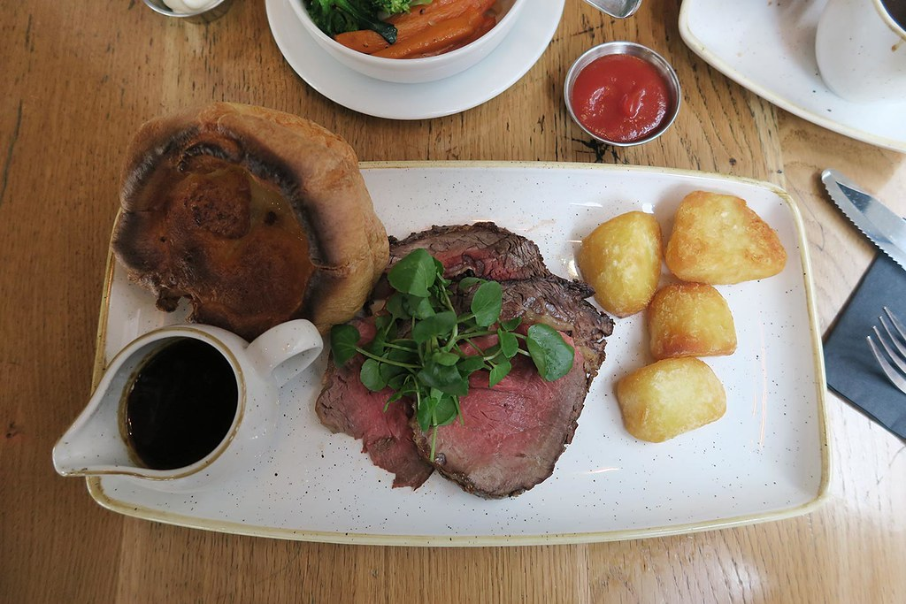 sunday-roast-rib-of-beef-with-yorkshire-pudding-potatoes-vegetables-and-gravy-at-the-happenstance