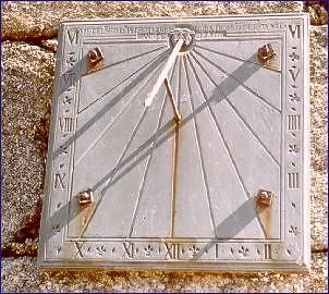 Reloj de sol en el muro de la Iglesia de San Bartolomé