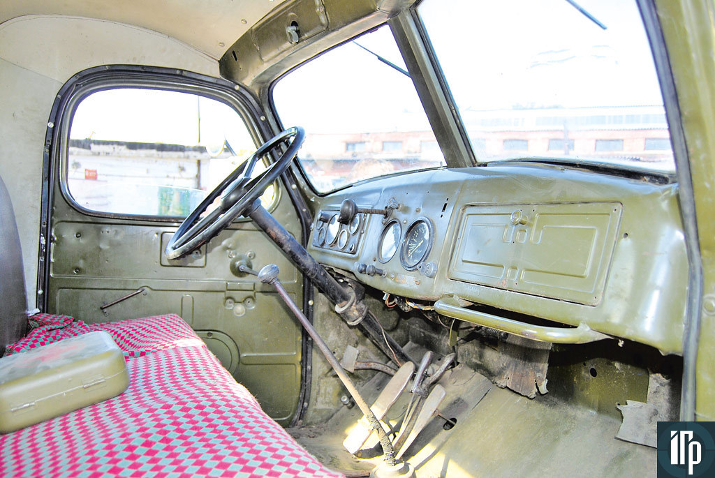 В кабине ЗиЛ-ММЗ-585