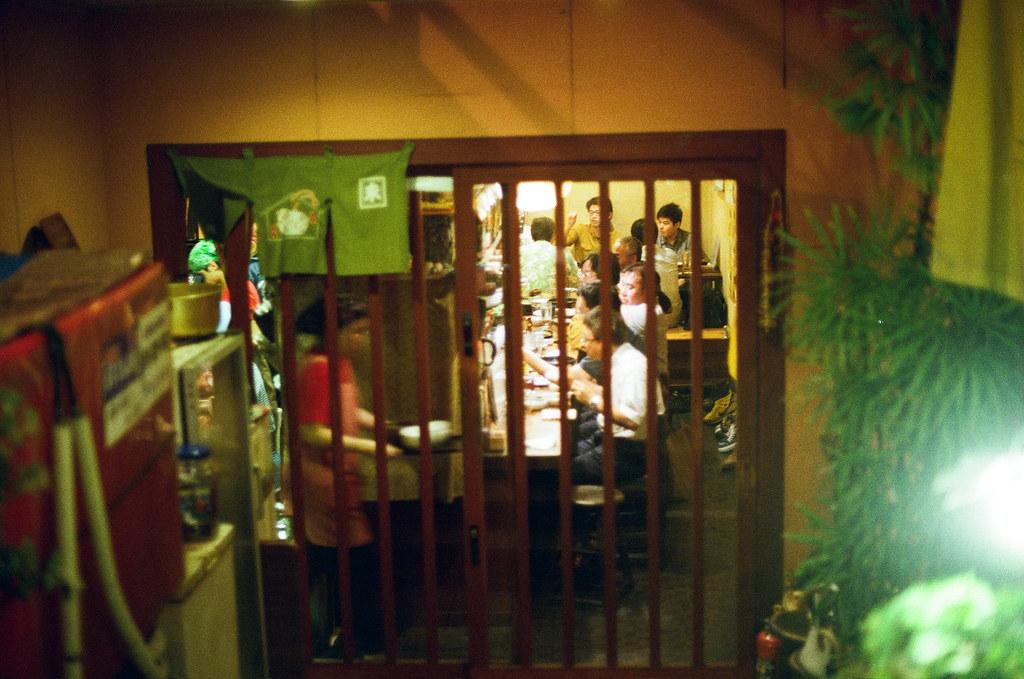 通町筋 熊本 Kumamoto 2015/09/05 在走回住宿的地方看到一個地下室的餐廳,還好我有拍,因為隔天經過公休 ...  Nikon FM2 / 50mm Kodak UltraMax ISO400 Photo by Toomore