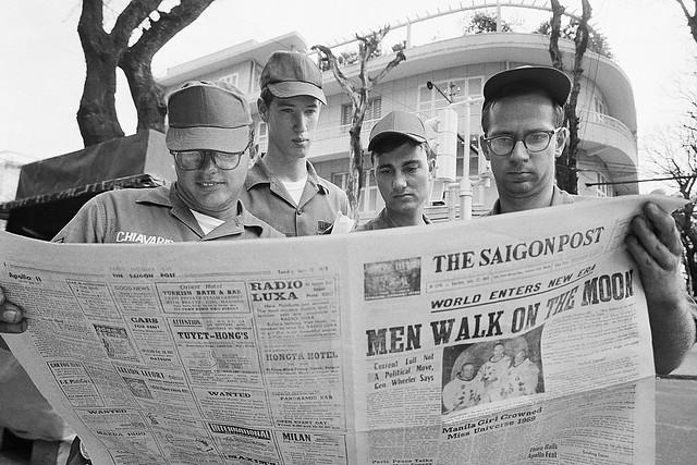 SAIGON 1969 - Apollo 11 - Lính Mỹ đọc báo tại góc Tự Do-Nguyễn Văn Thinh