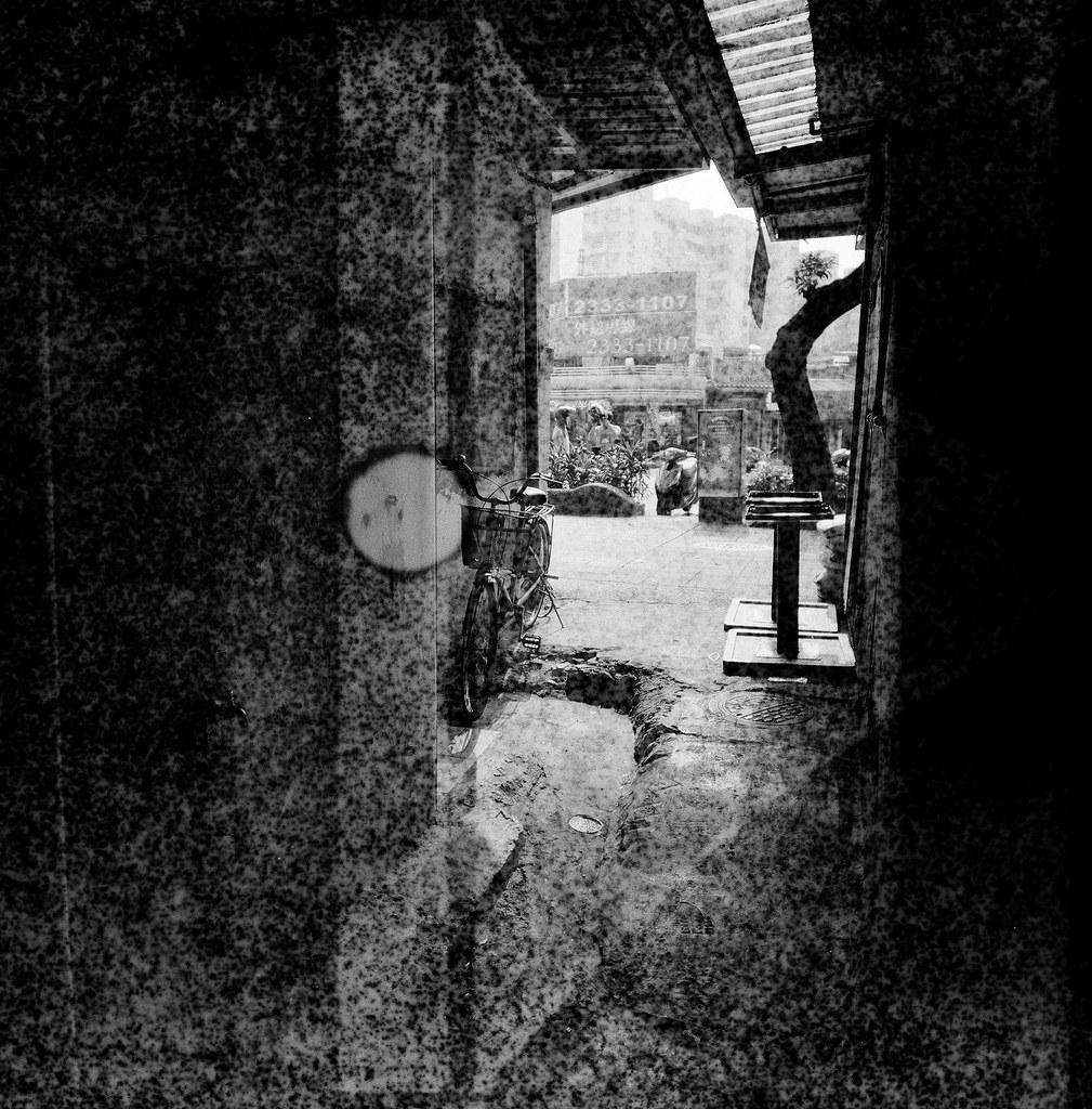 南機場夜市 / Lomo LC-A 120 / Exipred Films 2015/11/07 裝了一捲過期的 Lomo 黑白底片,在南機場公寓、夜市走走拍拍,看看拍出來的效果如何。過期的底片沖出來會把紙卷上的數字給印出來,很神奇的效果。  有一張巷子裡的腳踏車拍的很清楚,其實我記得我是對焦在後面停車的情侶,只是不知道為什麼出來會是那台腳踏車那麼清楚。  下次應該找亮一點的地方拍!  Lomo LC-A 120 Lomography Black and White Negative 100 ISO 120mm (Expired: 2012/12) 2941-0012 Photo by Toomore