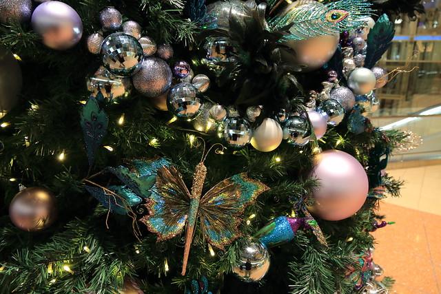 写真:羽田空港のクリスマスツリー。蝶をモチーフにした飾りがある。