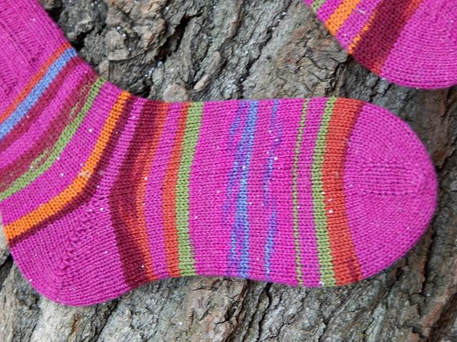 Носки от мыска, связанные полосками из секционной самополосатящейся регии и однотонной пряжи, подходящей по цвету к одной из секций регии | ХорошоГромко.ру