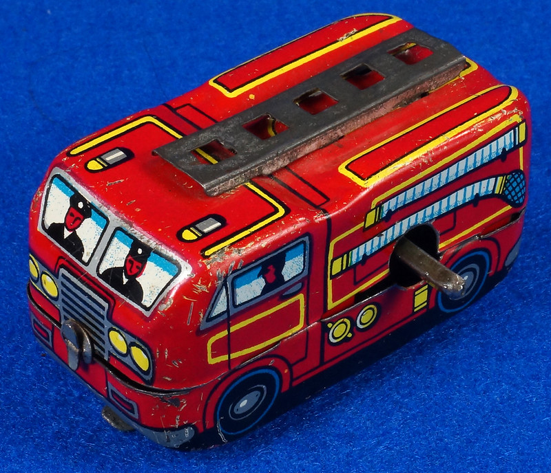 RD10081 Vintage Wind Up Tin Miniture Fire Truck Made in Japan DSC08363