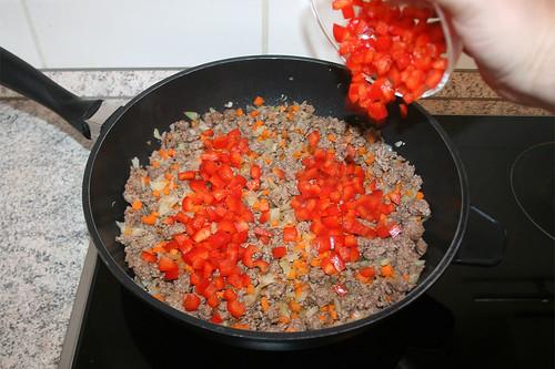 27 - Gewürfelte Paprika dazu geben / Add diced bell pepper