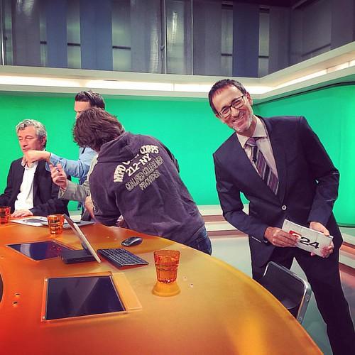 Una salutació als instagramers de @xgraset mentre acaben de maquillar els altres tertulians d'aquest dimarts al #més324 de #televisió de #catalunya De les ones a les pantalles! #periodisme #periodismo #journalism #barcelona #santjoandespi #baixllobregat #