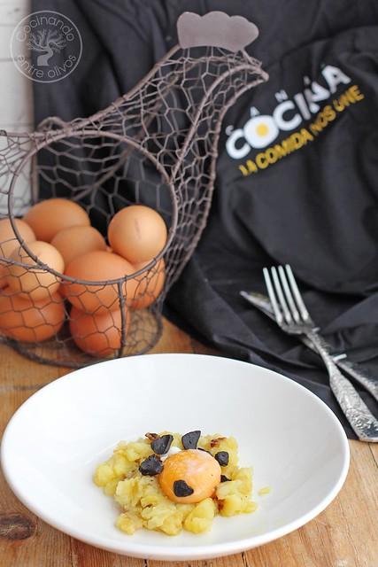 Yema confitada con ajo negro y patatas rotas www.cocinandoentreolivos.com (18)