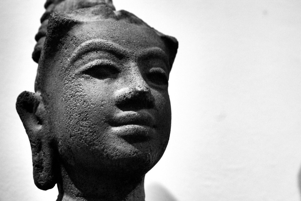Statue d'influence khmer dans le musée des Beaux Arts d'Hanoi au Vietnam.