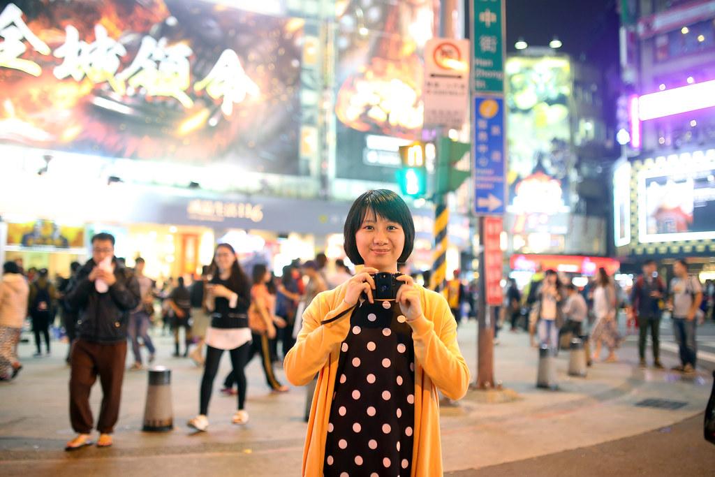 西門町 台北 Taipei 2015/11/13 我都一直以為台灣沒有像渋谷那樣的場景,後來我想一想,其實這場景一直都在,而且就在西門町。雖然人數沒有像渋谷那樣的擁擠,但還是有那樣的氣氛在。  或許有點緊張,在這裡我讓妹妹拿著相機,讓她不會呆呆的站著不知所措!  Canon 6D Sigma 35mm F1.4 DG HSM Art IMG_8550 Photo by Toomore