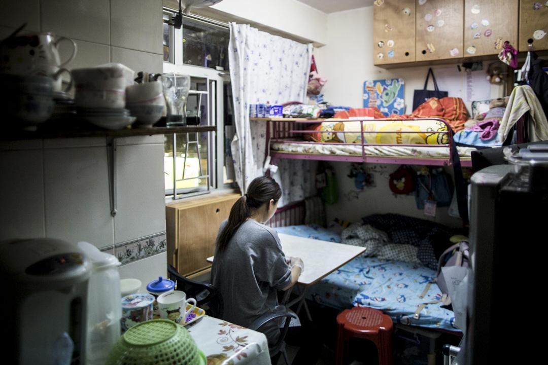 袁太一家2011年開始輪候四人公屋單位。這六年來,他們一家四口居住在深水埗的120呎劏房。