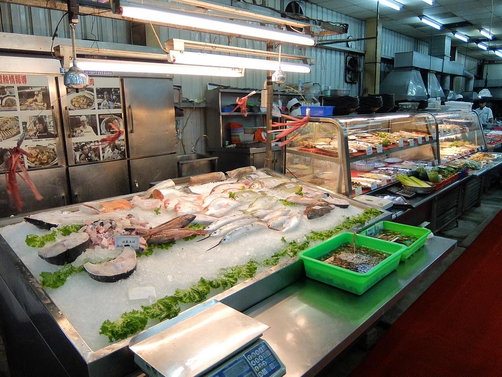 像我們最後想點清蒸的魚就來這邊點,秤重賣