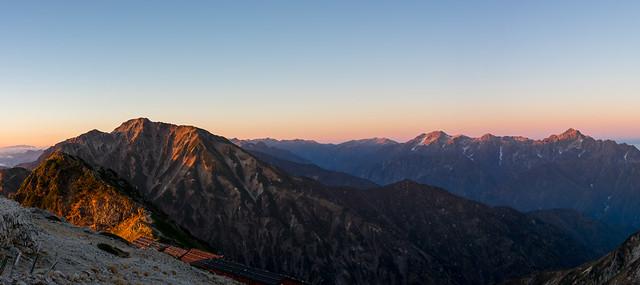 朝陽あたる五竜岳、剱岳