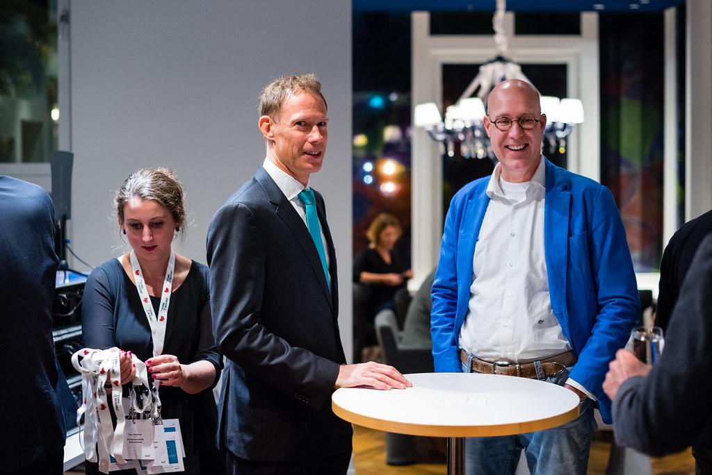 Spreker mr. Erik Vollebregt en tafelgast drs. Erich Taubert in gesprek