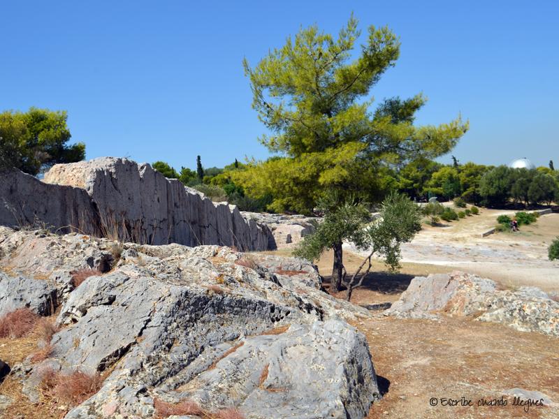 Colina de Pnyx con el antiguo observatorio astronómico al fondo
