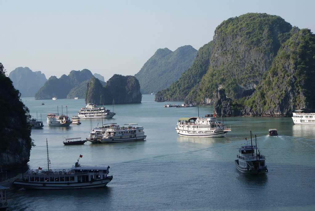 Pression touristique avec de nombreux bateaux de croisière dans la baie d'Halong au Vietnam.