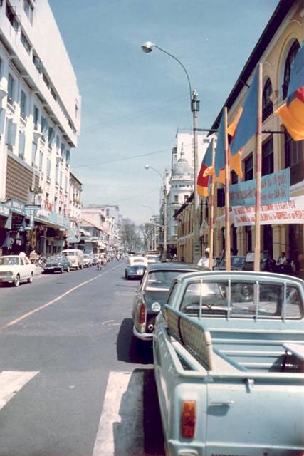 Đường Tự Do, bên trái là nhà hàng Maxim's cạnh bên Majestic Hotel