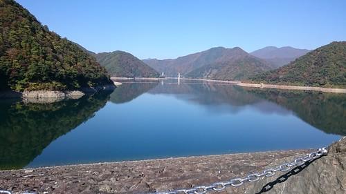 奥に無限に広がる徳山ダム湖