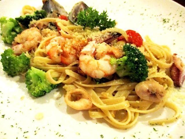 Bistecca & Bistro, linguine aglio olio seafood