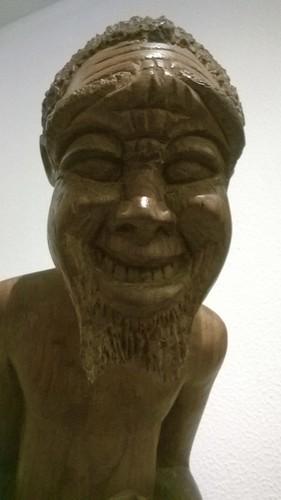 Yksityiskohta Mukumbuzan leikkisästä puuveistoksesta. Nauru tarttuu. Tekijä: Mukumbuza. Ei nimeä - 1983. Umbila-puuveistos. 85x28x22cm. Exposição do Museu Nacional de Arte, Maputo, Moçambique.