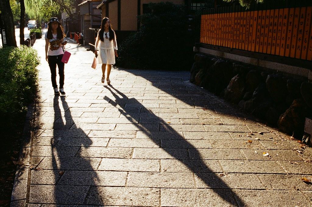 巽橋 京都 Kyoto 2015/09/28 剛從京都嵐山回到花見小路,這個時段剛好黃昏的光打在街道上,我就拿著相機一路上慢慢拍!  Nikon FM2 Nikon AI AF Nikkor 35mm F/2D Kodak ColorPlus ISO200 0991-0005 Photo by Toomore
