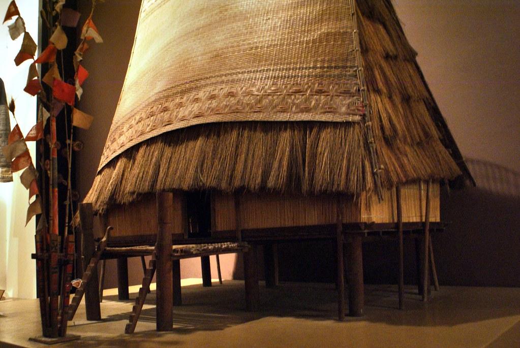 Modèle d'une maison communale de l'ethnie Xo Dang au musée des beaux arts d'Hanoi au Vietnam.