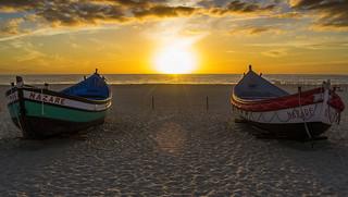 Εικόνα από Praia da Nazaré. sunset sol beach portugal atardecer boat barca dusk puesta region leiria nazare oeste