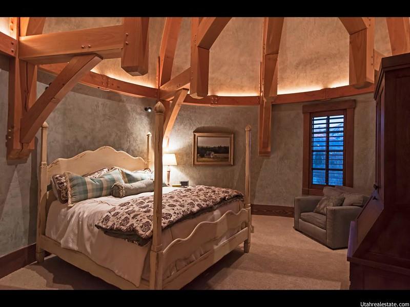 Дизайн спальни с балками