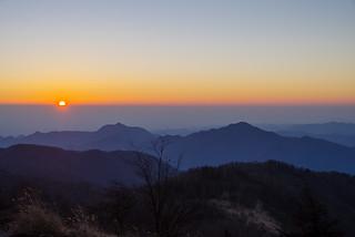 大岳山の左から太陽が昇り始める