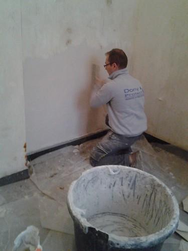 Ré enduisage d'un mur traité pour L'humidité ascensionnelle, au plâtre avec additif Techni Plâtre.
