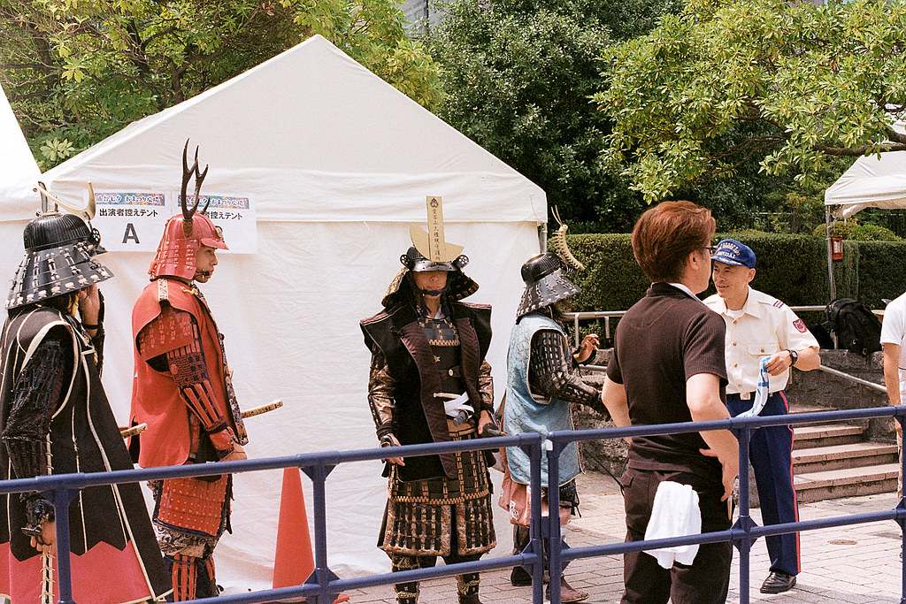 "武士 七夕祭 仙台街道 Sendai 2015/08/07 正要上台表演的武士。  Nikon FM2 / 50mm Kodak ColorPlus ISO200  <a href=""http://blog.toomore.net/2015/08/blog-post.html"" rel=""noreferrer nofollow"">blog.toomore.net/2015/08/blog-post.html</a> Photo by Toomore"