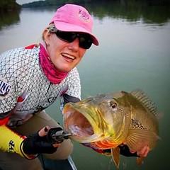 Isabel Pellizzer com um tucunare do Rio Suia Miçu.  #pescaamadora #pesqueesolte #baitcast #fly #pescaesportiva #sportfishing #tucunare #pavone #pavon #peacock #peacockbass #monsterfish #anglerapproved #amazonia #amazon #suiamiçu #riosuiamicu #mulheres #mu