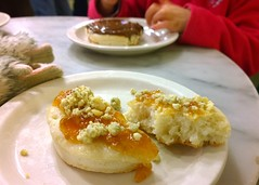 Crumpet with marmalade and blue cheese