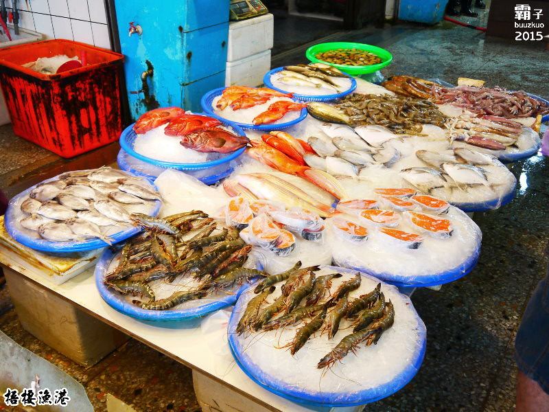 梧棲漁港,逛魚市吃吃喝喝看漁船,秋天也有大閘蟹~