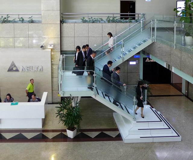 台達電瑞光大廳的樓梯使用便利,使用頻率也大為提升。攝影:陳文姿。