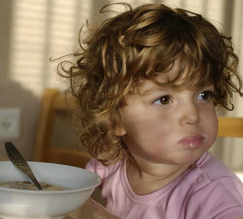 crianca-pequeno-almoco-cereais