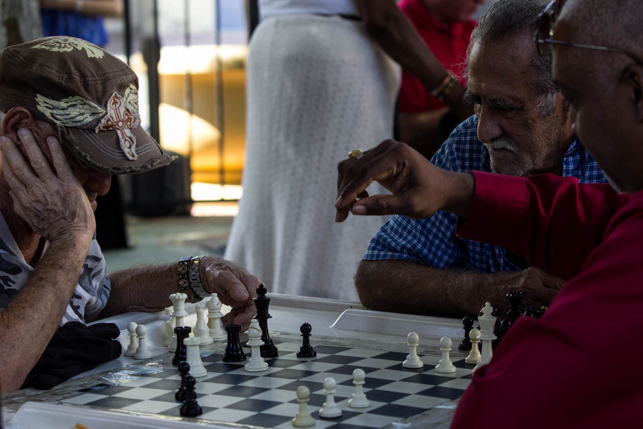 En el popular barrio de la Pequeña Havana, donde viven una gran cantidad de cubanos exiliados, amigos se reúnen a jugar al ajedrez y al dominó.