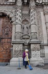 Parroquia Nuestra Señora del Carmen, San Luis de Potosí (detalle), México, y la anciana que asea la puerta de acceso.