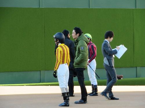 中山競馬場で打ち合わせをする騎手