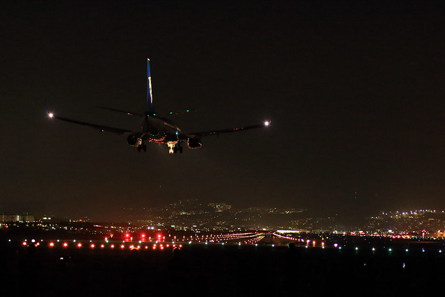 写真:伊丹空港近くの千里川土手で撮影した夜間の着陸風景