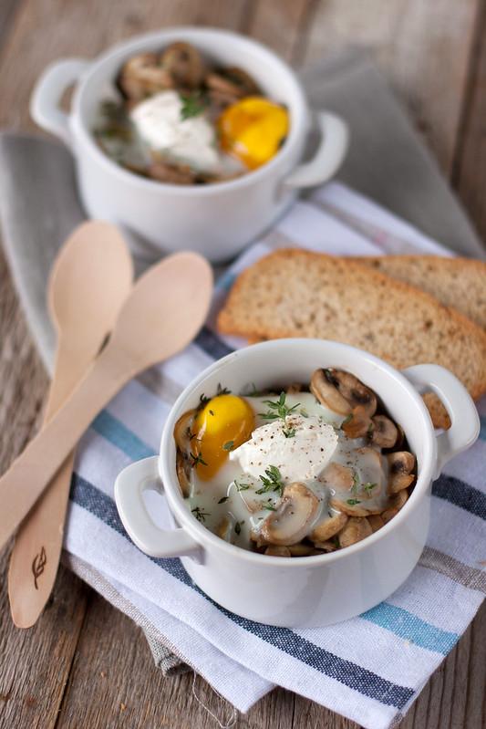Uovo in cocotte con funghi e Fresco Spalmabile Nonno Nanni al profumo di timo